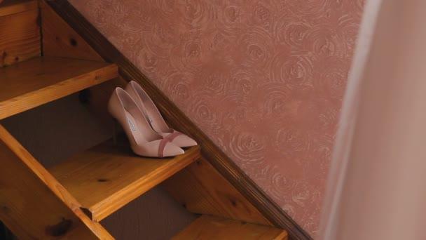 Mladá dívka jde dolů po schodech