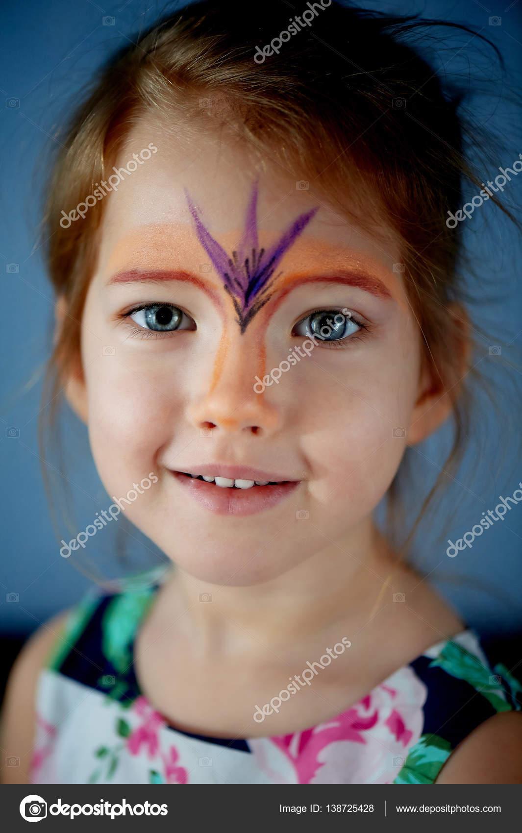 Oldukça Heyecan Verici Mavi Gözlü Kız Yüz Boyama Ile 2 Yıl Stok