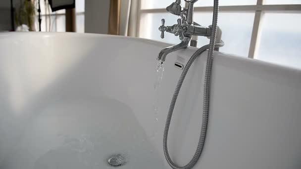 A víz folyik, a fehér nagy fürdőszoba. Az érzés, a tisztaság és higiénia témakörhöz