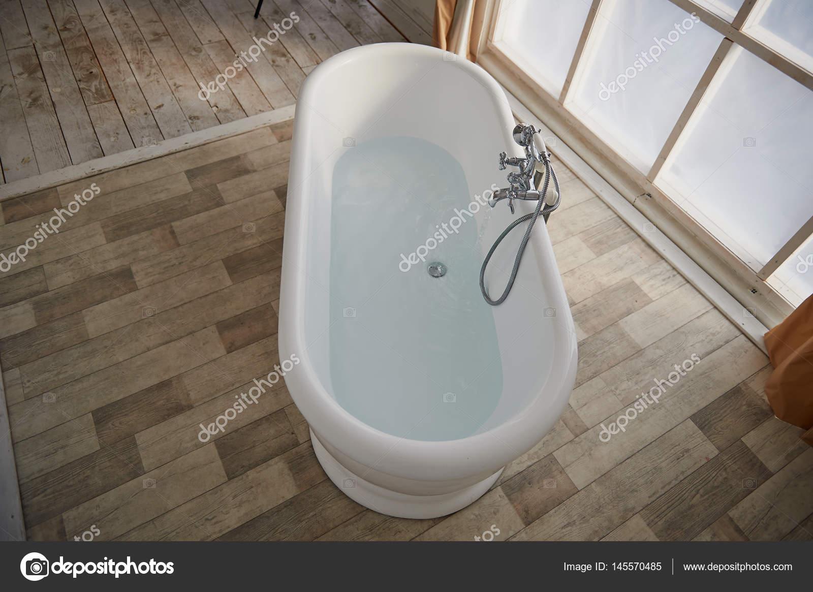 Vasca Da Bagno Vista : Arredo minimalista vasca da bagno nel mezzo della stanza luminosa