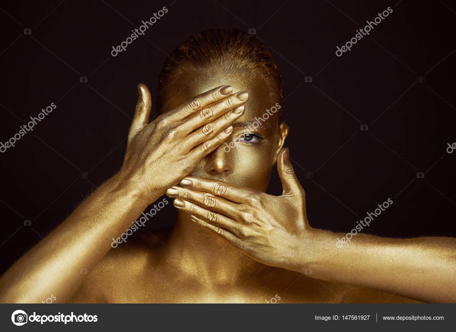 Retrato sobrenatural muchachas de oro, las manos cerca de la cara ...