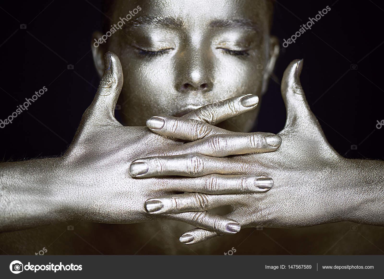 Retrato sobrenatural chicas de plata, las manos cerca de la cara ...