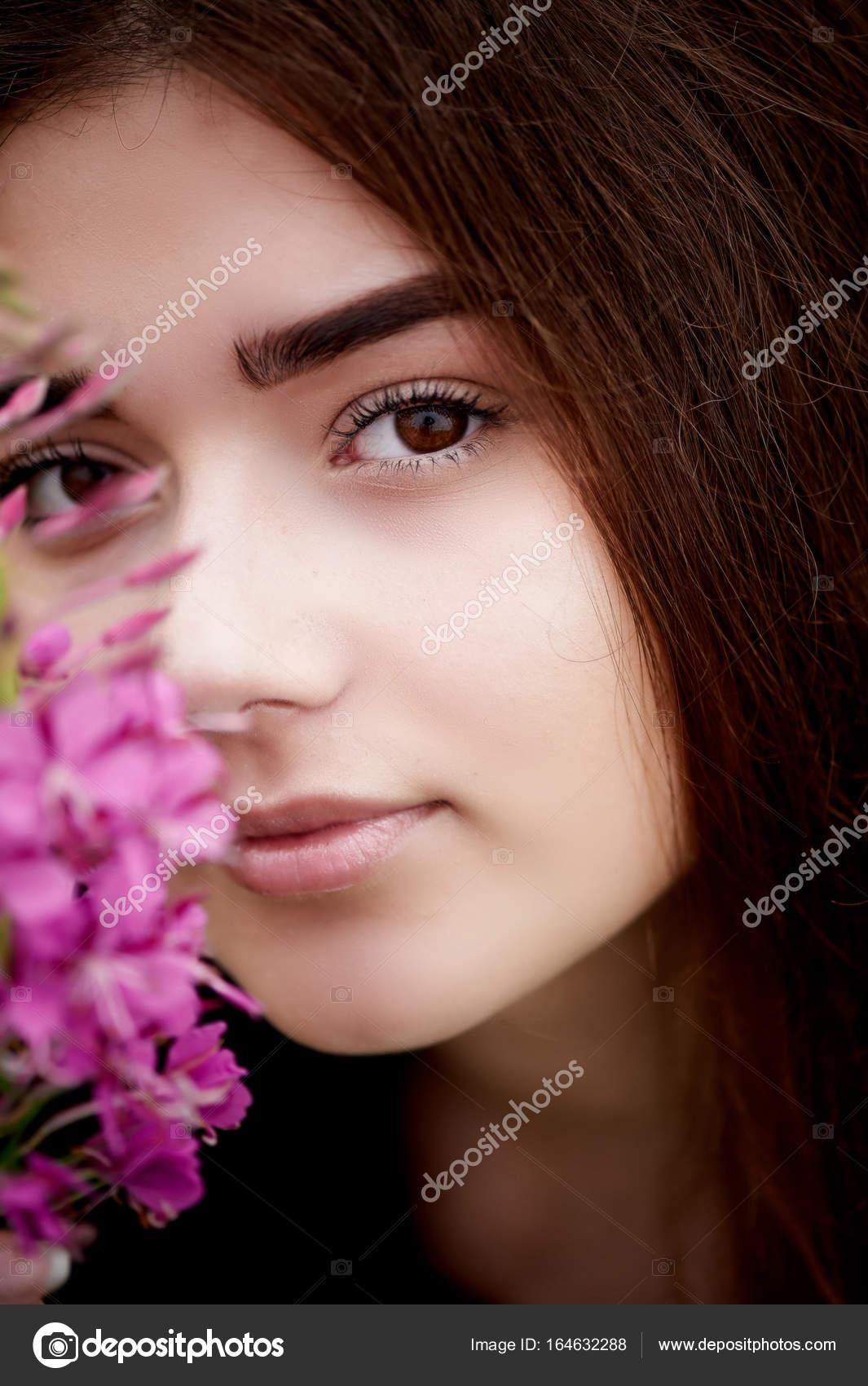 Bella novia en encaje brillante vestido. En un campo con té de Ivan ...