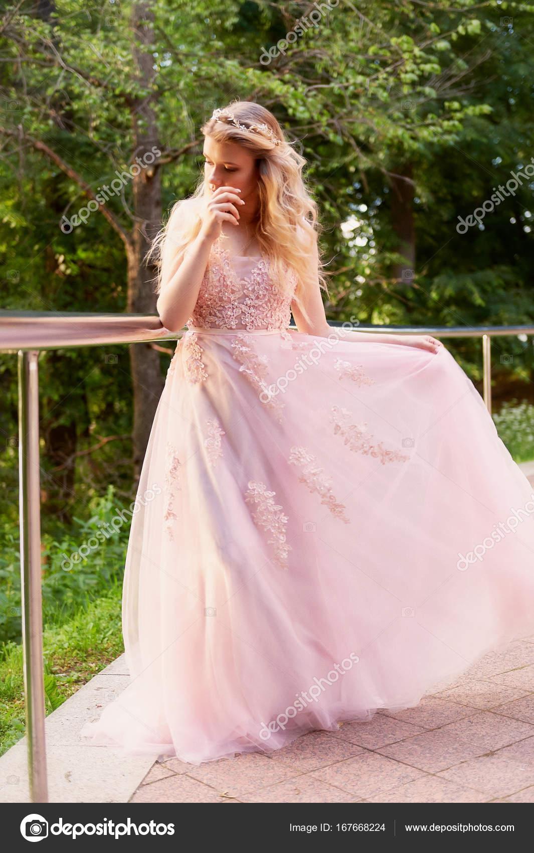 Retrato de una chica rubia hermosa novia con vestido de encaje de ...