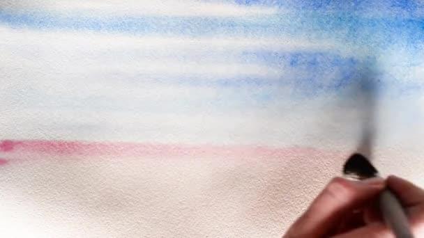 El artista cubre una hoja húmeda de papel grueso con pintura de ...