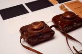 Ukládání a archivace fotografií.Papírové rámečky na fotografie, stará filmová kamera v kufříku. Zachování historie. Foto umění.