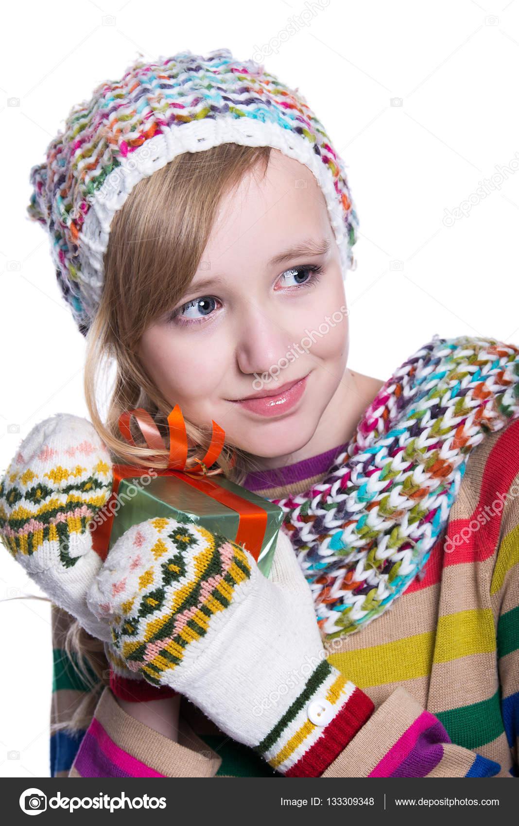 Lächelndes hübsches junges Mädchen tragen Coloful gestrickte Schal ...