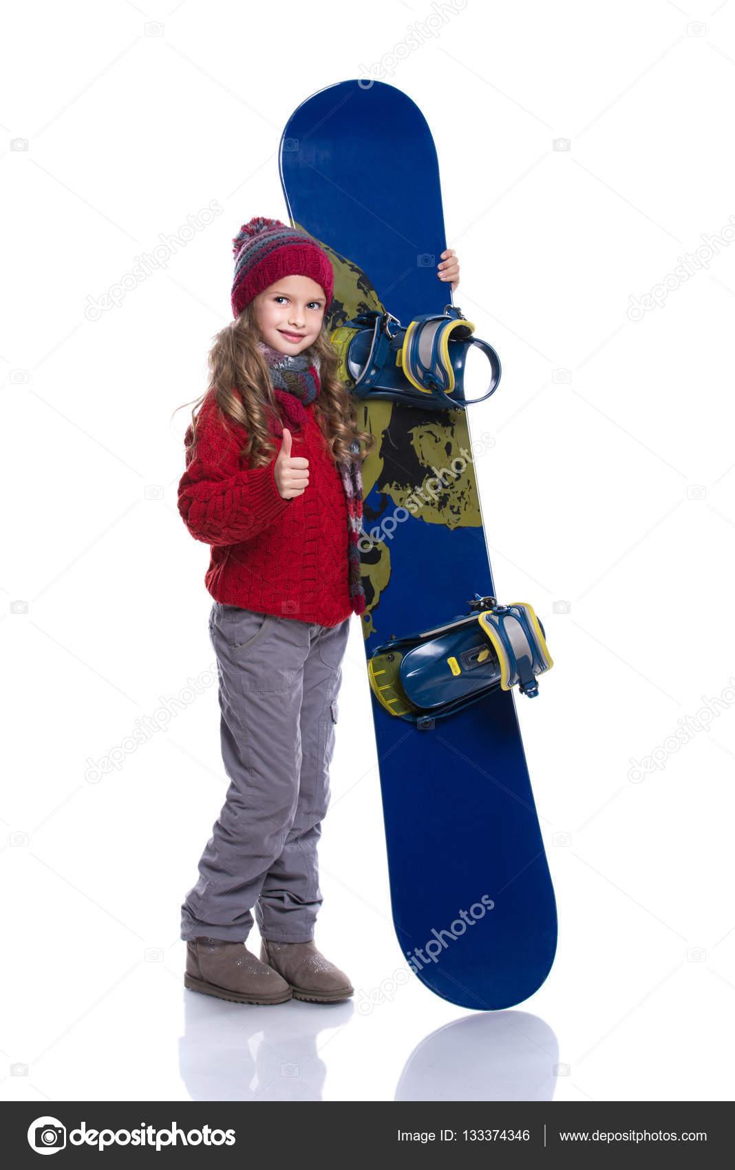 494323ef573 ... hairstyle φορώντας πλεκτά πουλόβερ, κασκόλ, καπέλο και γάντια με μπλε  snowboard, απομονωμένα σε λευκό. Εμφάνιση αντίχειρες. Χειμερινά ρούχα και  αθλητικά ...