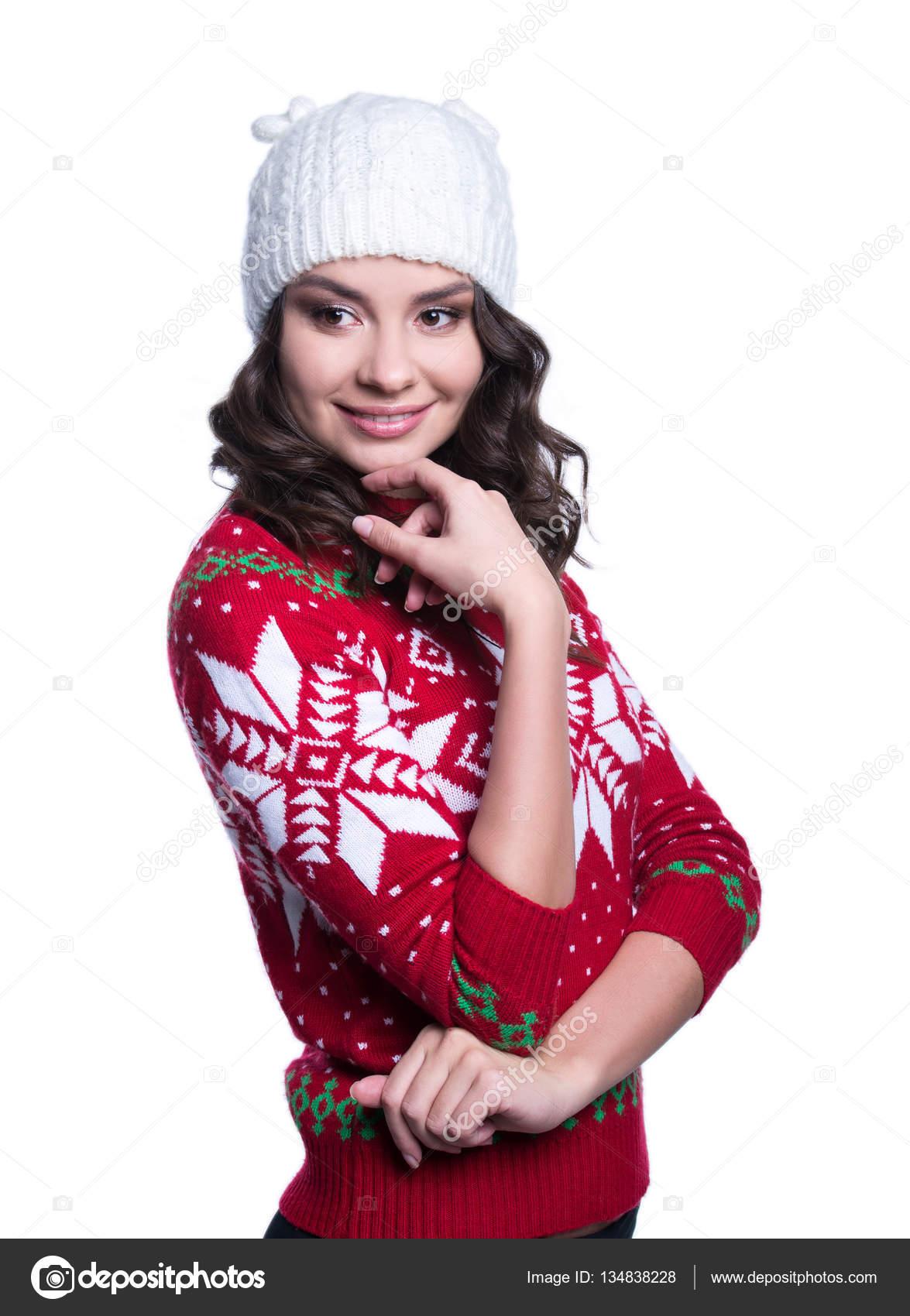 Souriante jeune femme sexy portant coloré tricot chandail avec ornement de  Noël et un chapeau. Isolé sur fond blanc. Vêtements d hiver — Image de  artyme 3a9347b4dc4d