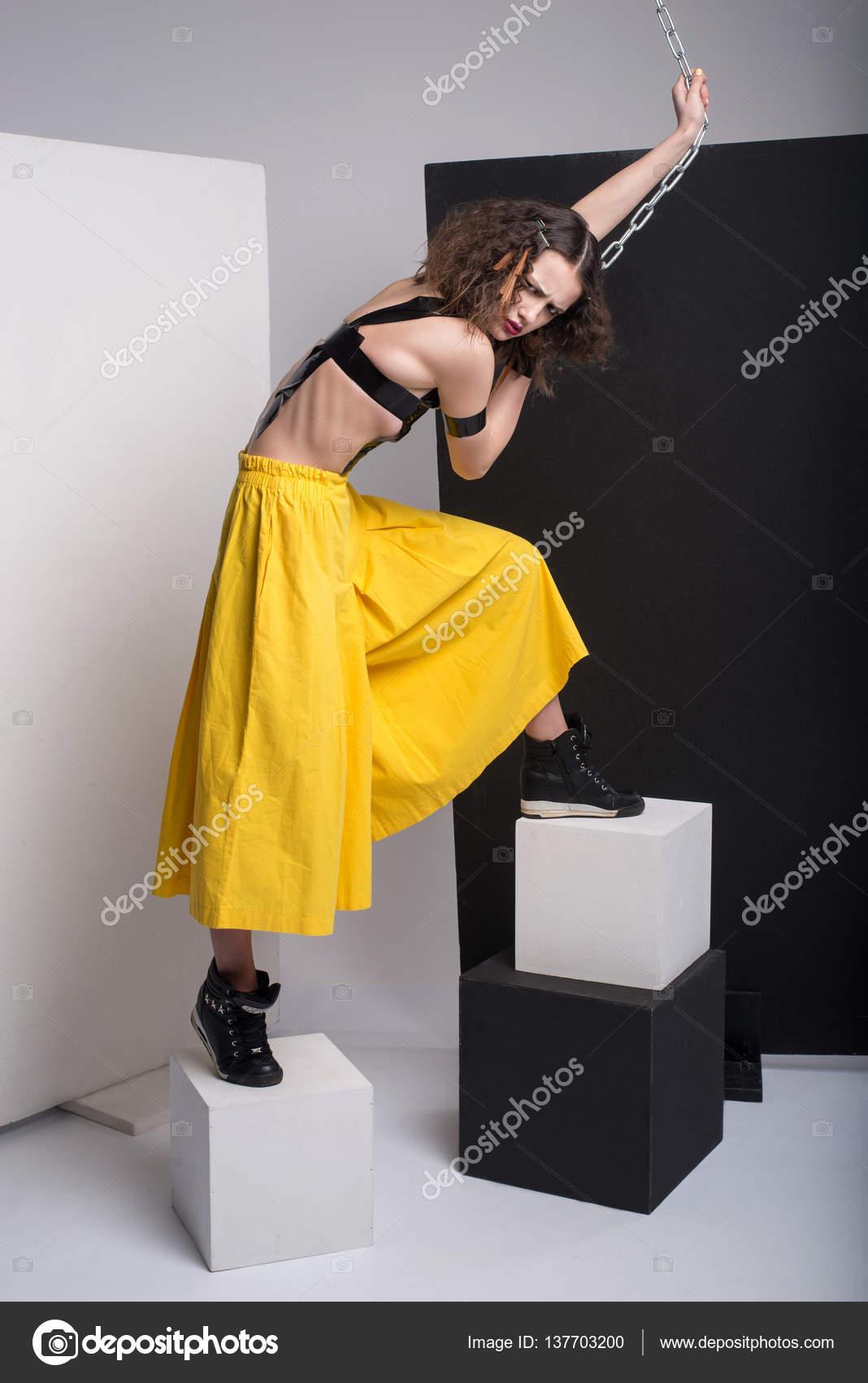 Dragen Van Poseren In Mooi Mode Foto StudioHet Gele De Meisje OPkZTXulwi