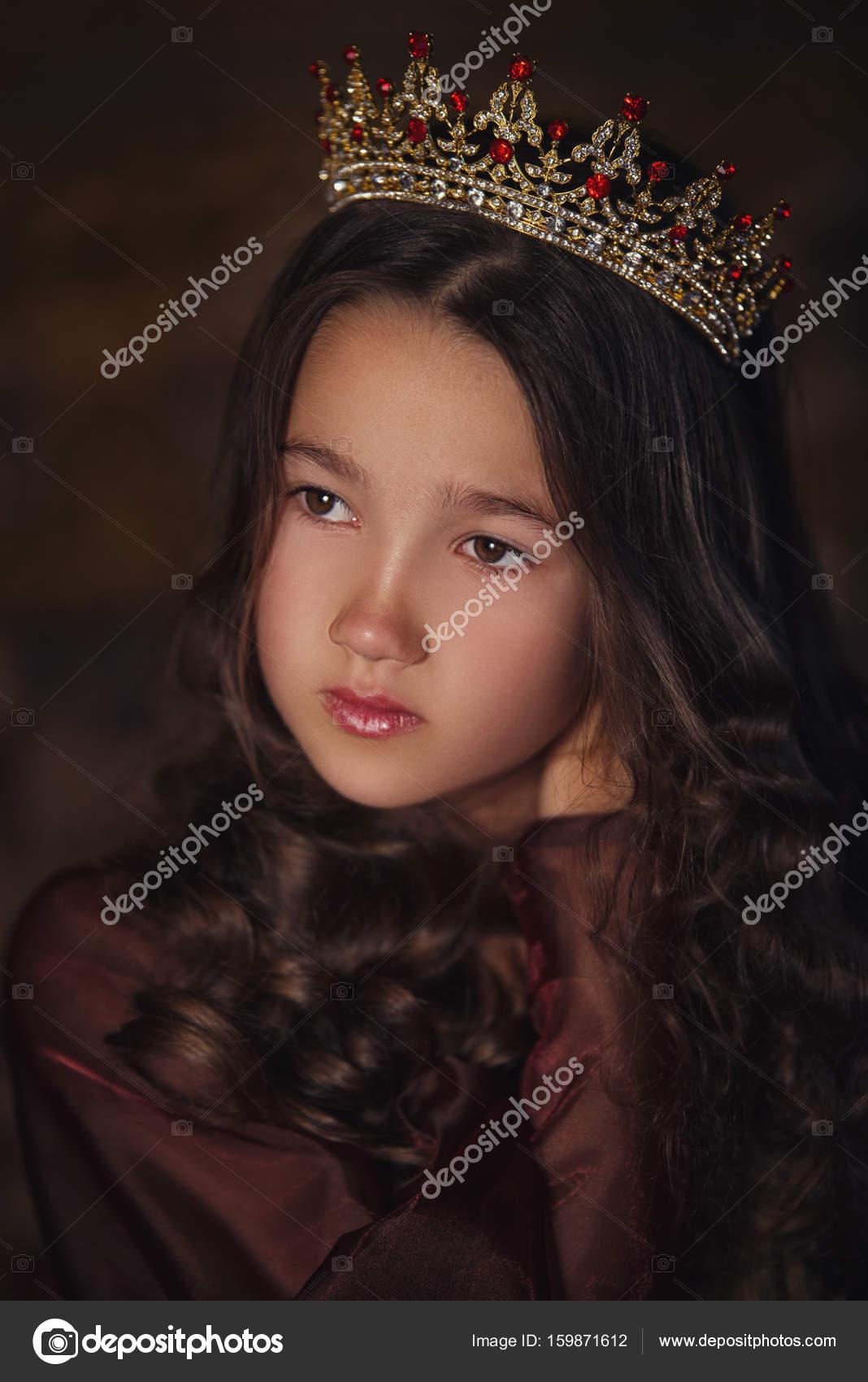 8a9c204b962 Πορτραίτο του χαριτωμένο κορίτσι φοράει μια κορώνα. Νεαρή βασίλισσα ή  πριγκίπισσα — Φωτογραφία Αρχείου