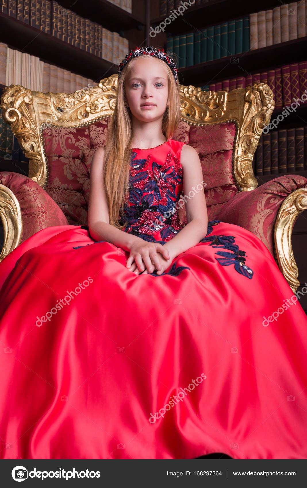 5aeb314831 Aranyos vörös hajú kislány visel egy antik hercegnő ruha, vagy jelmez–  stock kép