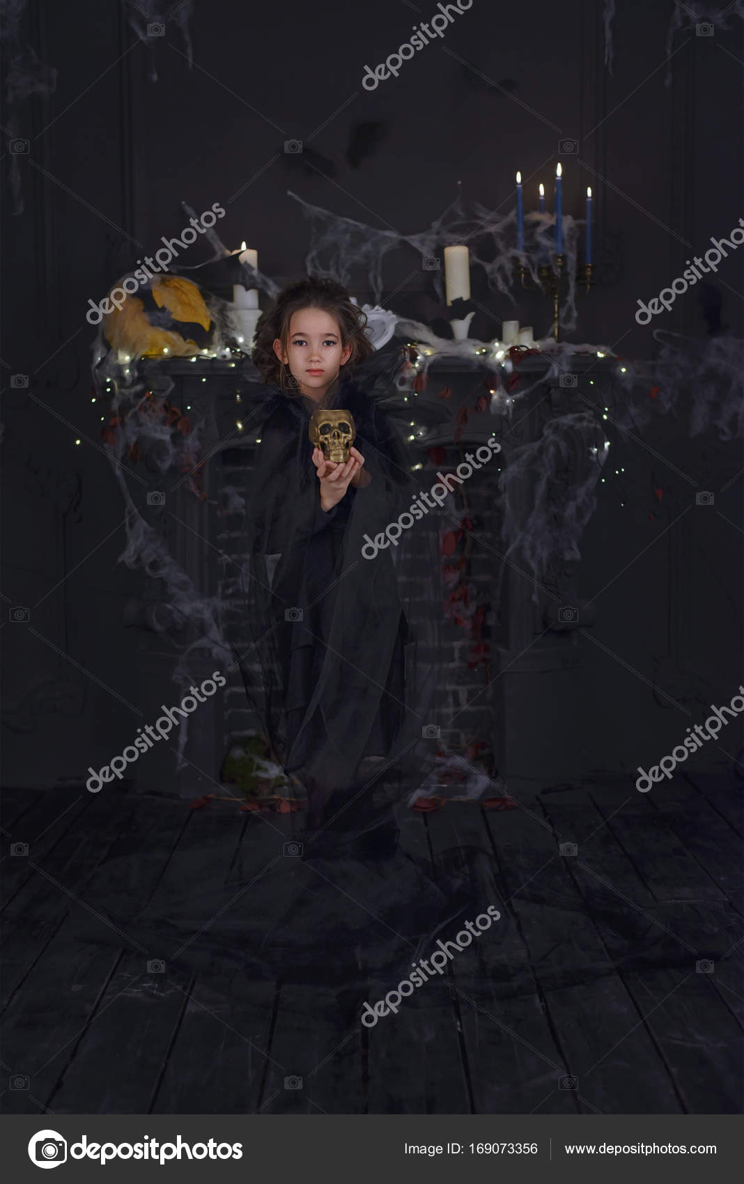 b75f022e4d9 Χαριτωμένο μικρό κορίτσι παιδί μάγισσα κοστούμι αποκριών και διακοσμήσεις —  Φωτογραφία Αρχείου