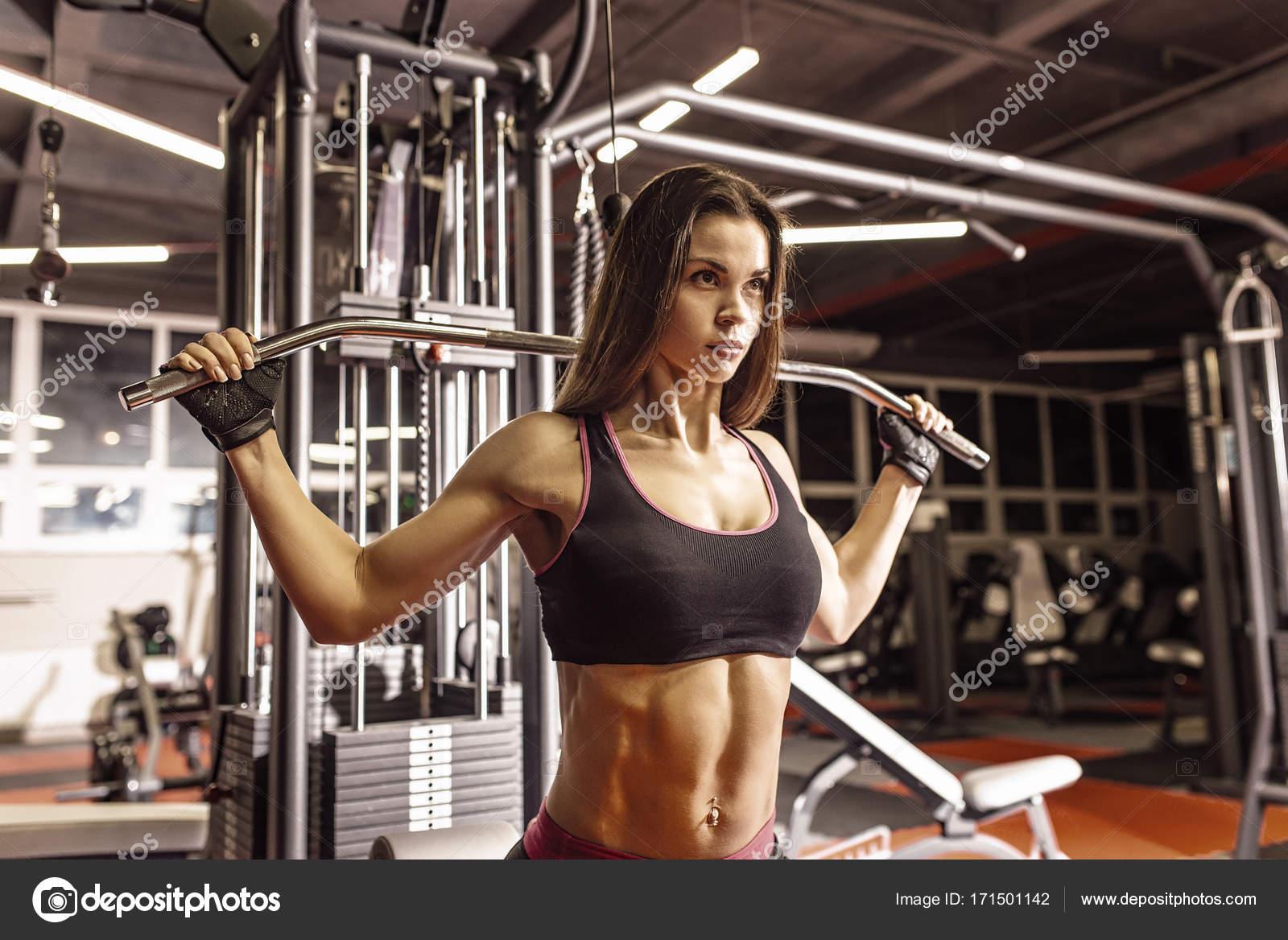 Упражнения на плечи и руки для девушек в тренажерном зале
