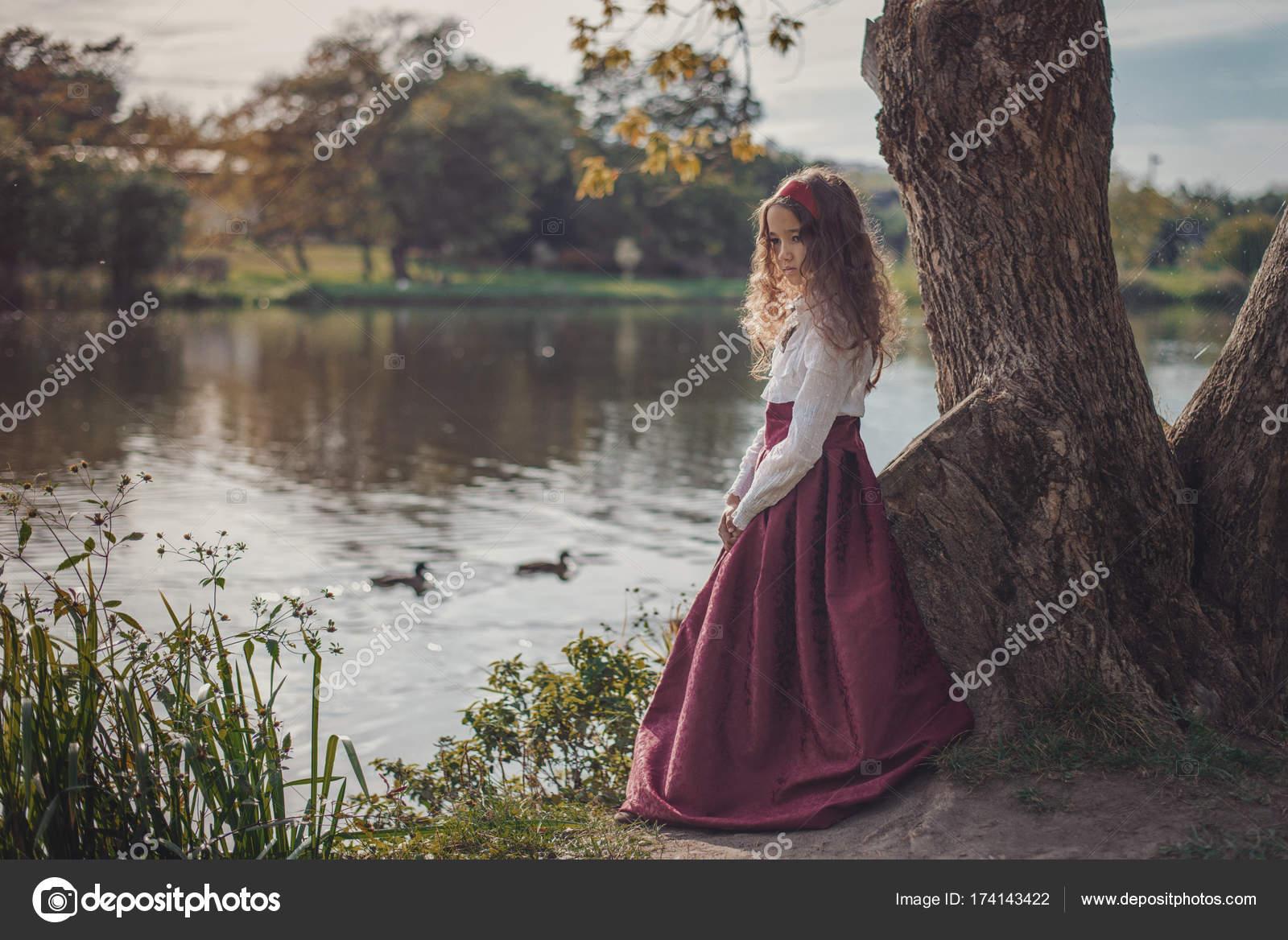 875886846b7 Χαριτωμένο μικρό κορίτσι Καυκάσιος φορώντας τα ρετρό ρούχα. Ωραίο θηλυκό  παιδί σε όμορφο vintage φόρεμα