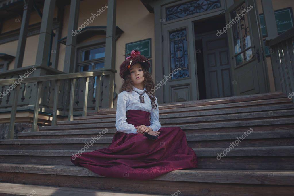 67eb27f3b08 Χαριτωμένο μικρό κορίτσι Καυκάσιος φορώντας τα ρετρό ρούχα. Ωραίο θηλυκό  παιδί σε όμορφο vintage φόρεμα — Φωτογραφία Αρχείου © artyme #174143212