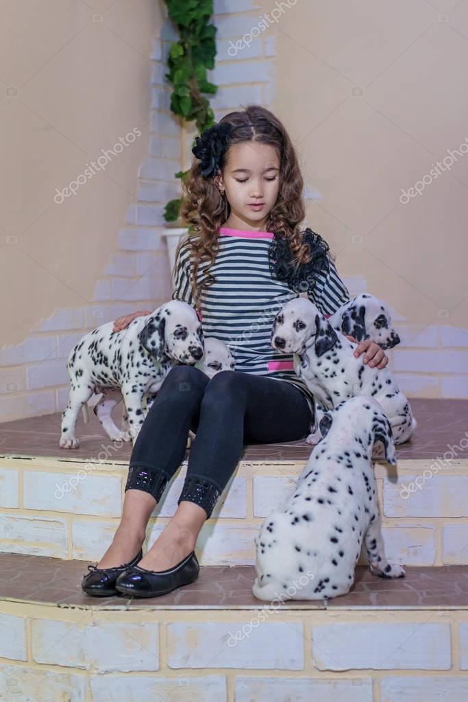 6d2b3698238 Χαριτωμένο νεαρή κοπέλα παίζει με τα σκυλάκια της Δαλματίας. Σε εσωτερικούς  χώρους. Στούντιο πορτρέτου — Φωτογραφία Αρχείου © artyme #174143624
