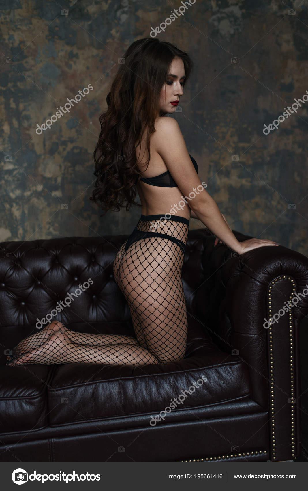 bb72a0ad6 Foto de estúdio de moda de uma jovem morena sensual em uma sensual lingerie  preta.