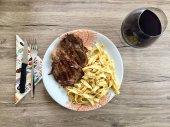 Fotografie Tagliatelle mit Schwanz Steak Streifen und champignons
