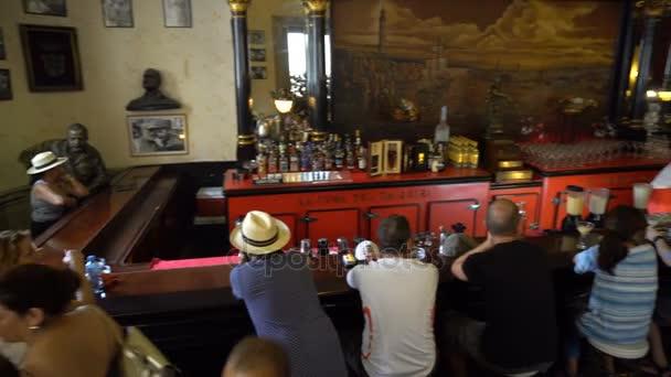 Panoramatický pohled čítače a sál známý kubánský bar v centru Havany