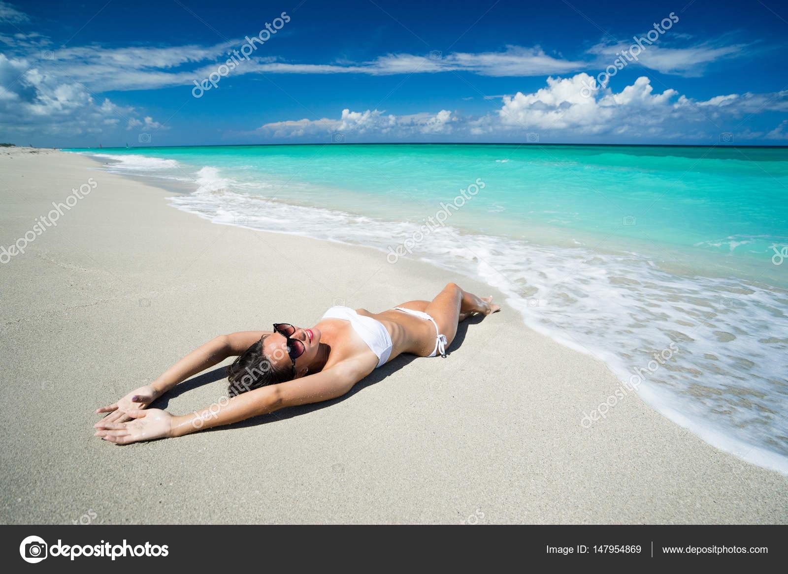 Фото брюнеток в белом на пляже