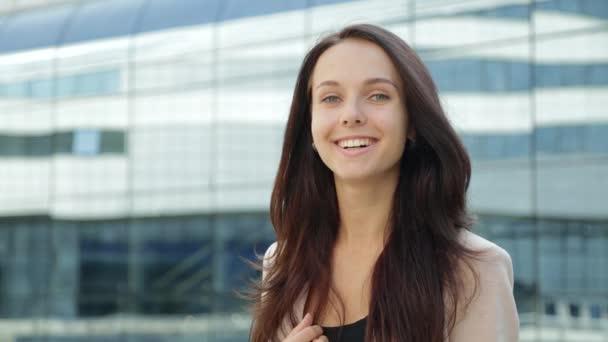 Portrét docela šťastná dívka s úsměvem, směje se