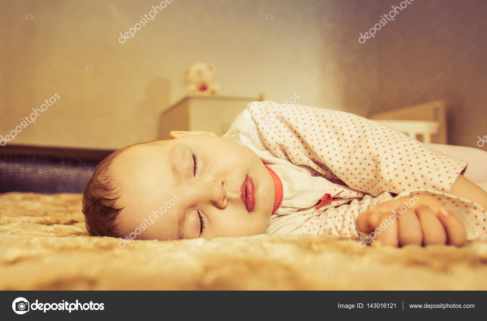Hermoso bebé recién nacido durmiendo en la cama — Fotos de Stock ...