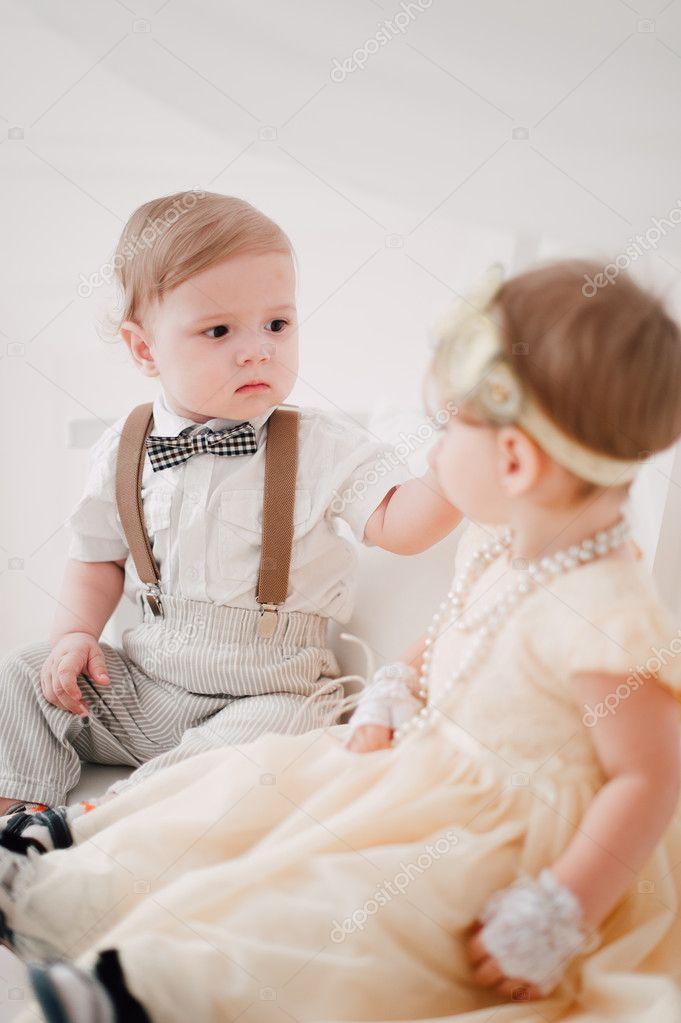 Zwei Babys Hochzeit Junge Und Madchen Verkleidet Als Braut Und