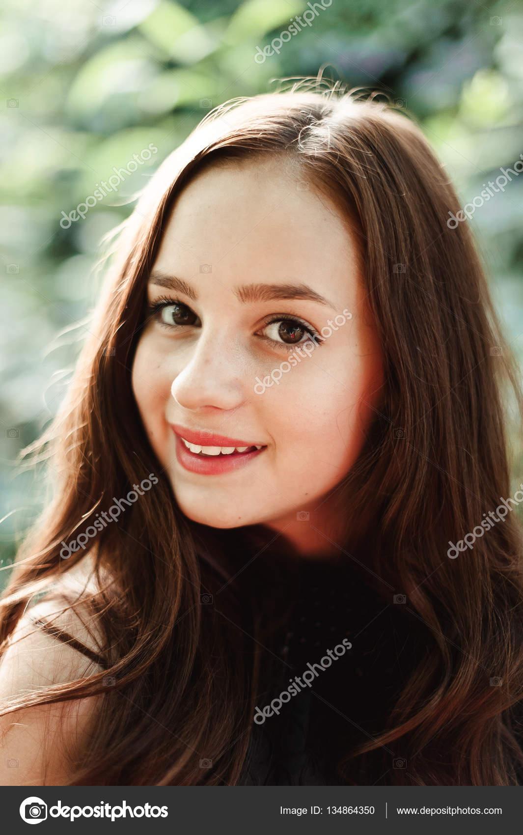 Schöne Junge Mädchen Im Schwarzen Kleid Mit Langen Haaren Super Süß