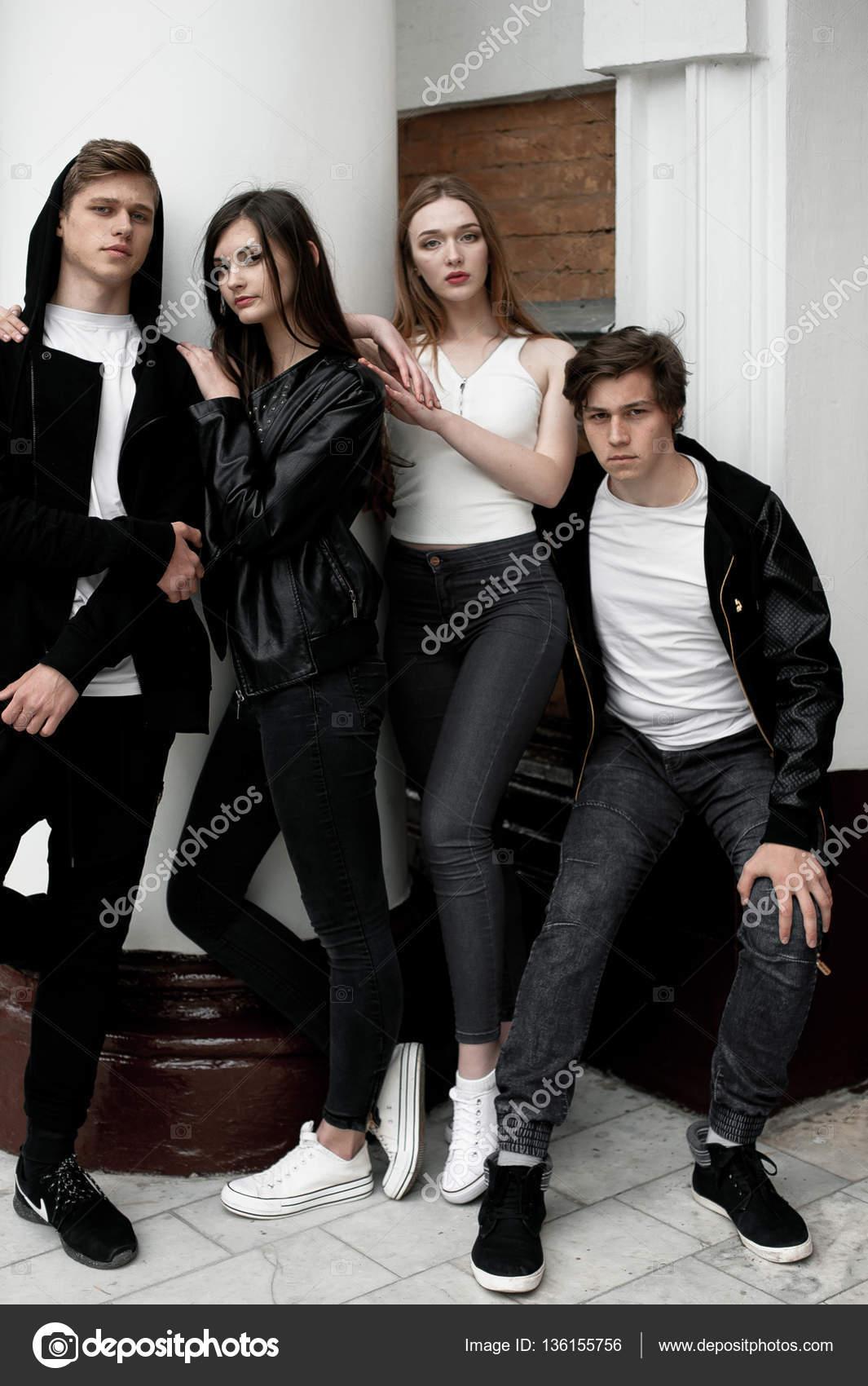 Elegante trendige Jugendliche im Freien, schwarze und weißen ...