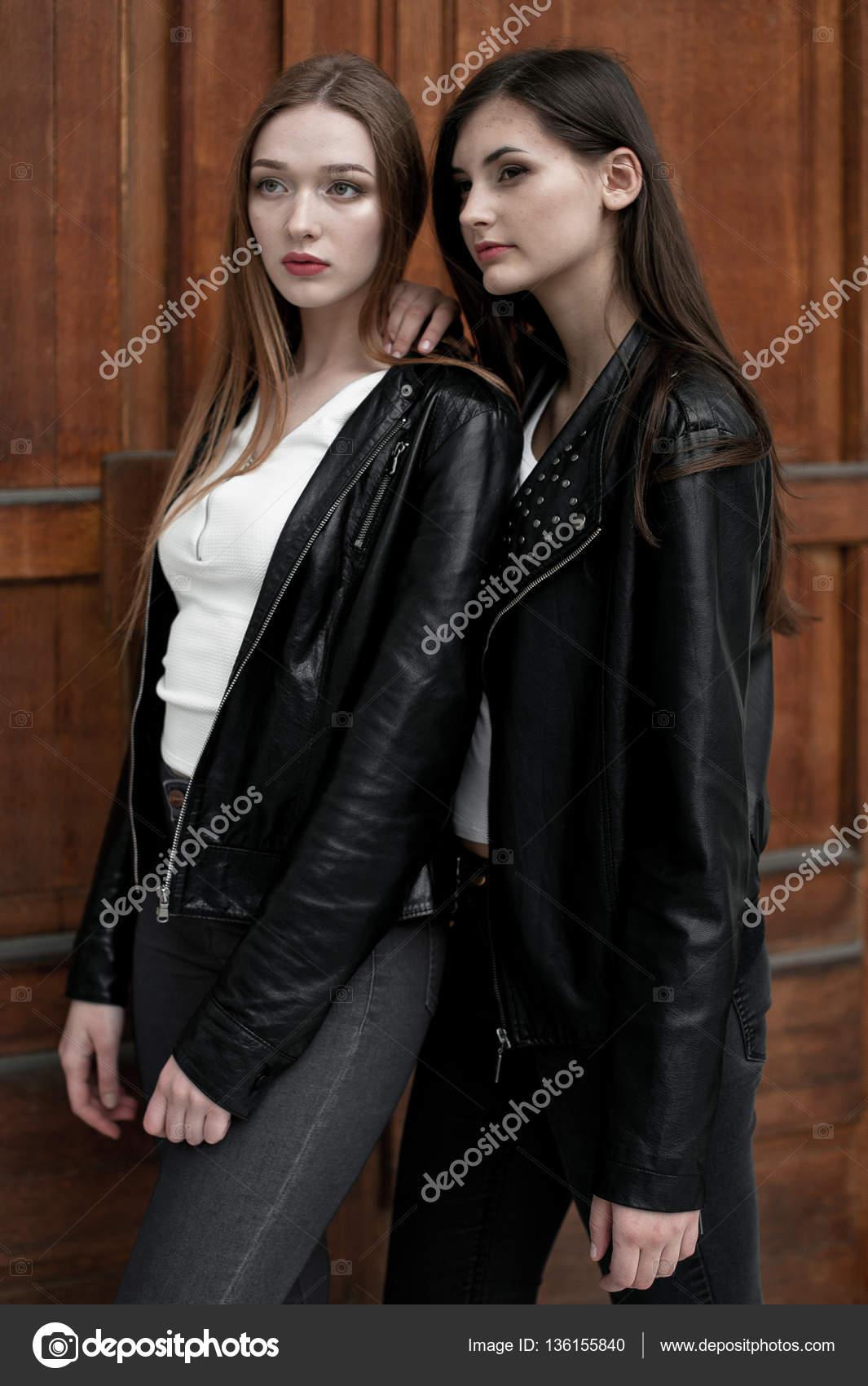 Elegante trendige Mädchen im Freien, schwarze und weißen Kleidung zu ...