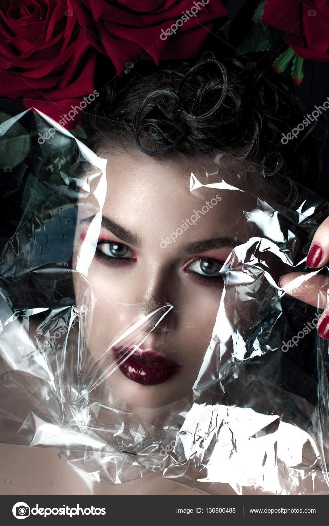 Обои глаза чёрные девушка ногти волосы маникюр лицо