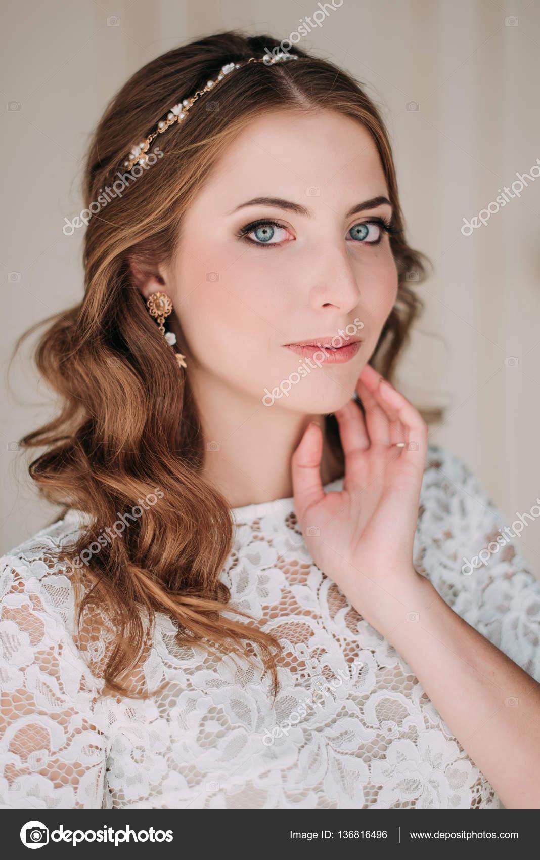 Foto de estudio de moda de novia elegante hermosa con el pelo oscuro ...