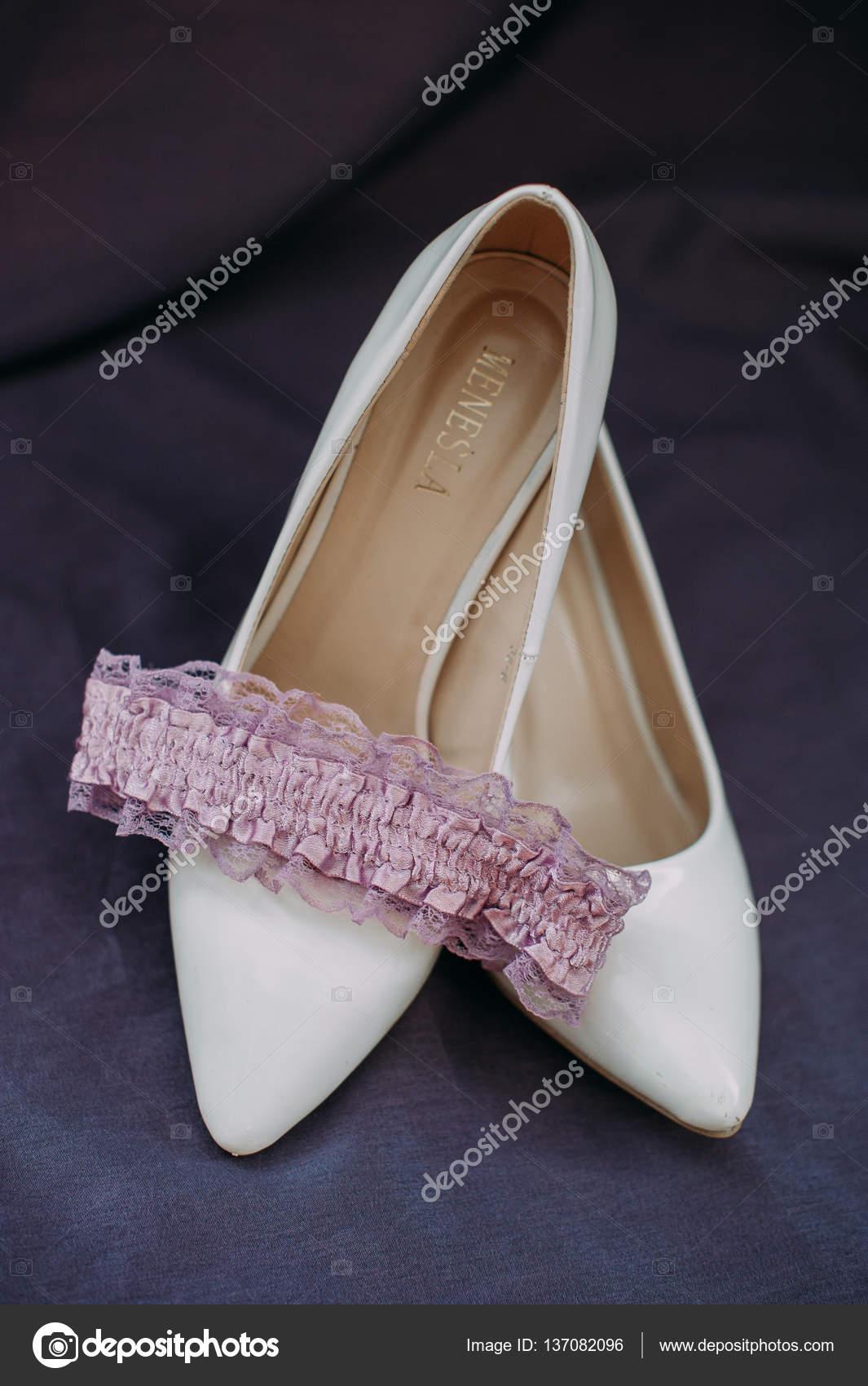 57352cf6a Acessórios de noiva: renda blusa Jarreteira, sapatilhas, sapatos de salto  alto– imagens de bancos de imagens
