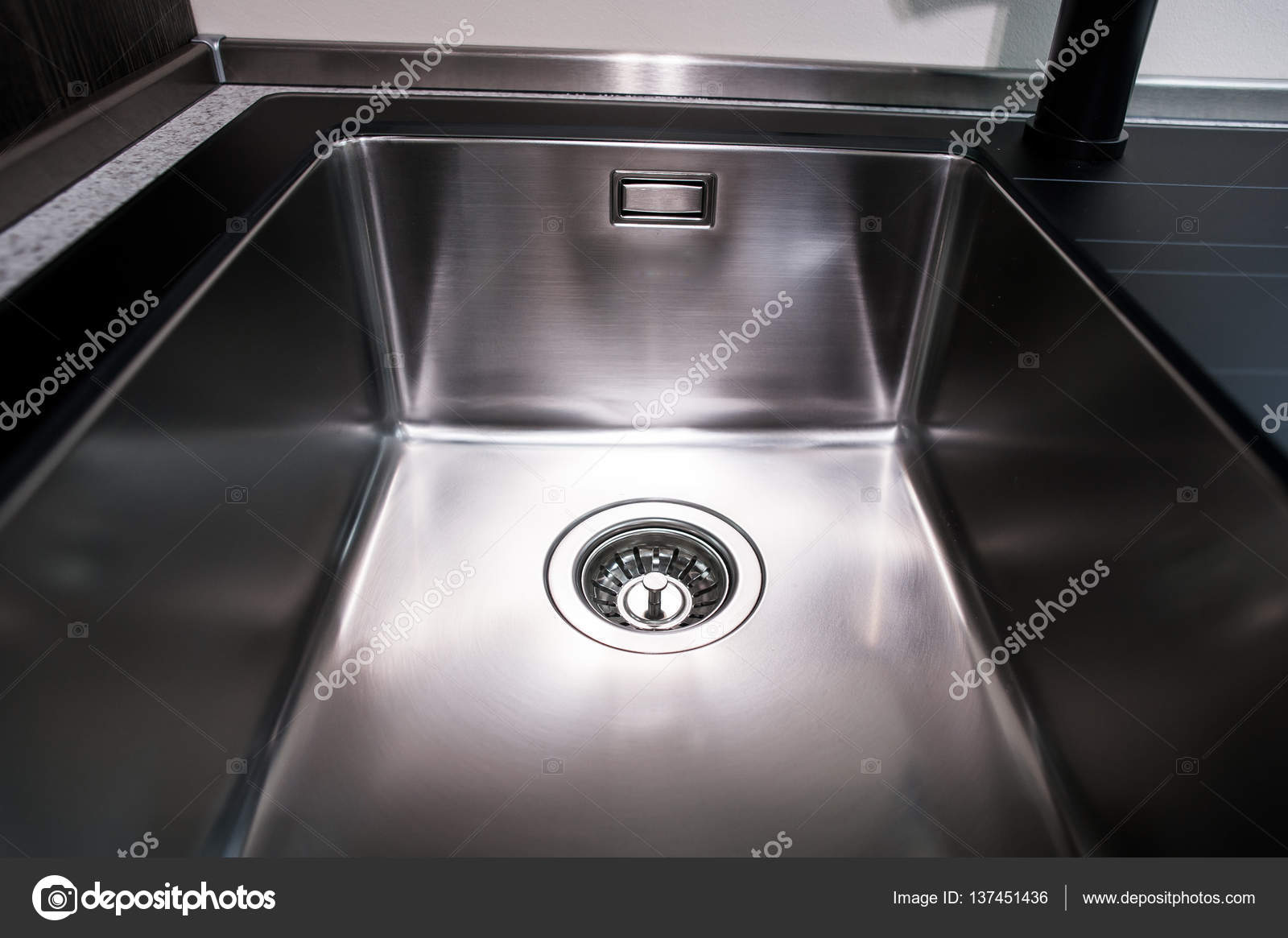 Ansicht der Küchenspüle mit gold Wasserhahn — Stockfoto ...