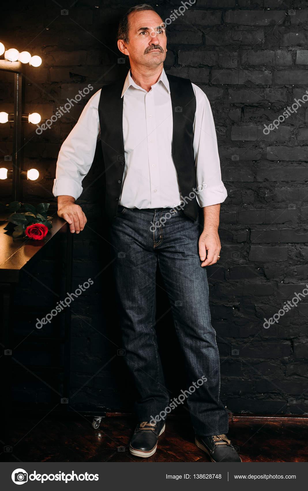 Guapo Medio Blanca De Un Está Camisa Vestido Con Y Hombre Una Ygyv76bf