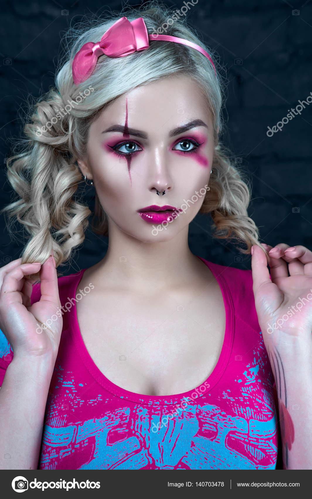 Piękna Blondynka Z Dwoma Warkoczykami Z Creative Lalka Makijaż
