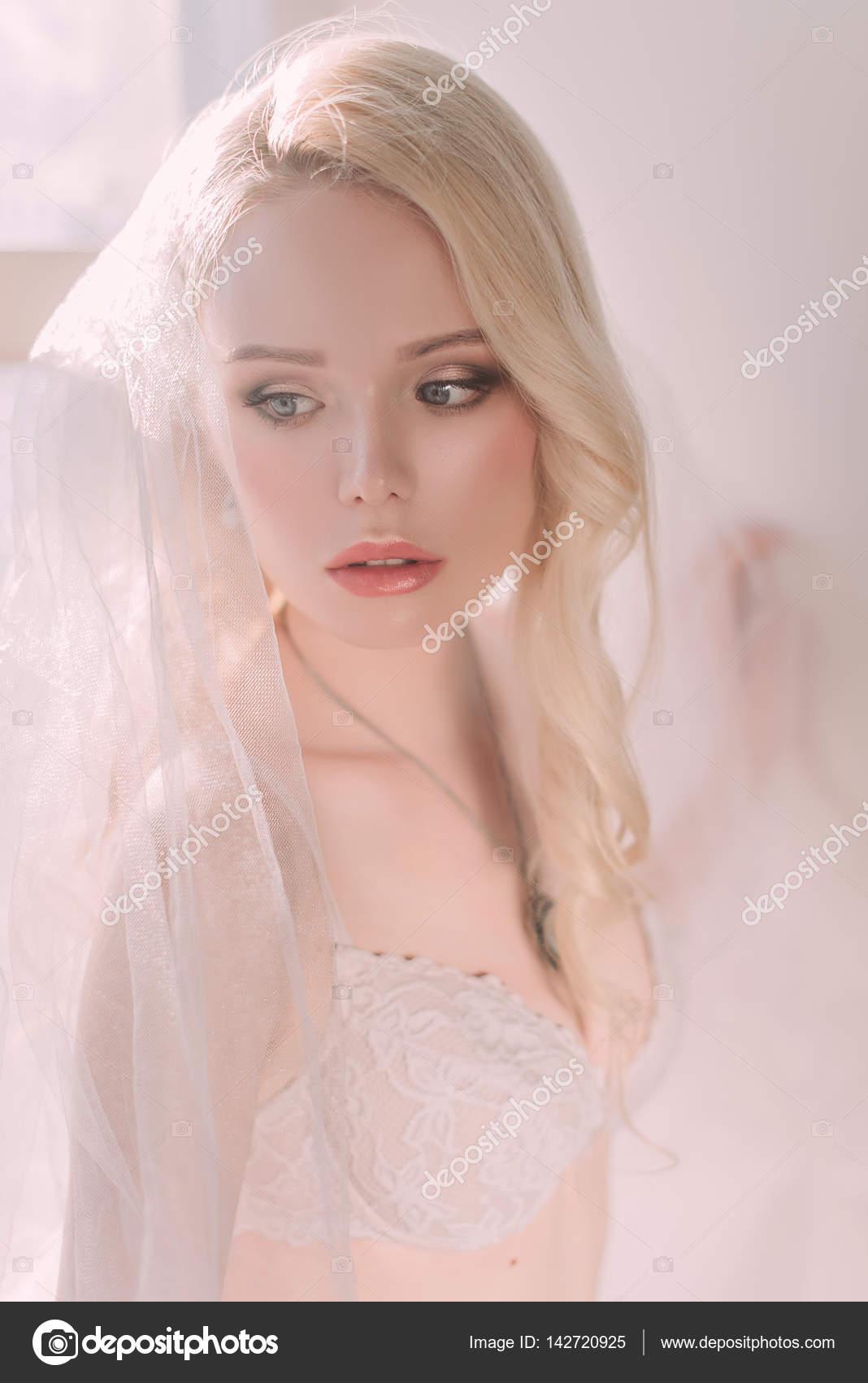 Hermosa dama sexy en lencería blanca elegante velo de novia. Retrato ...