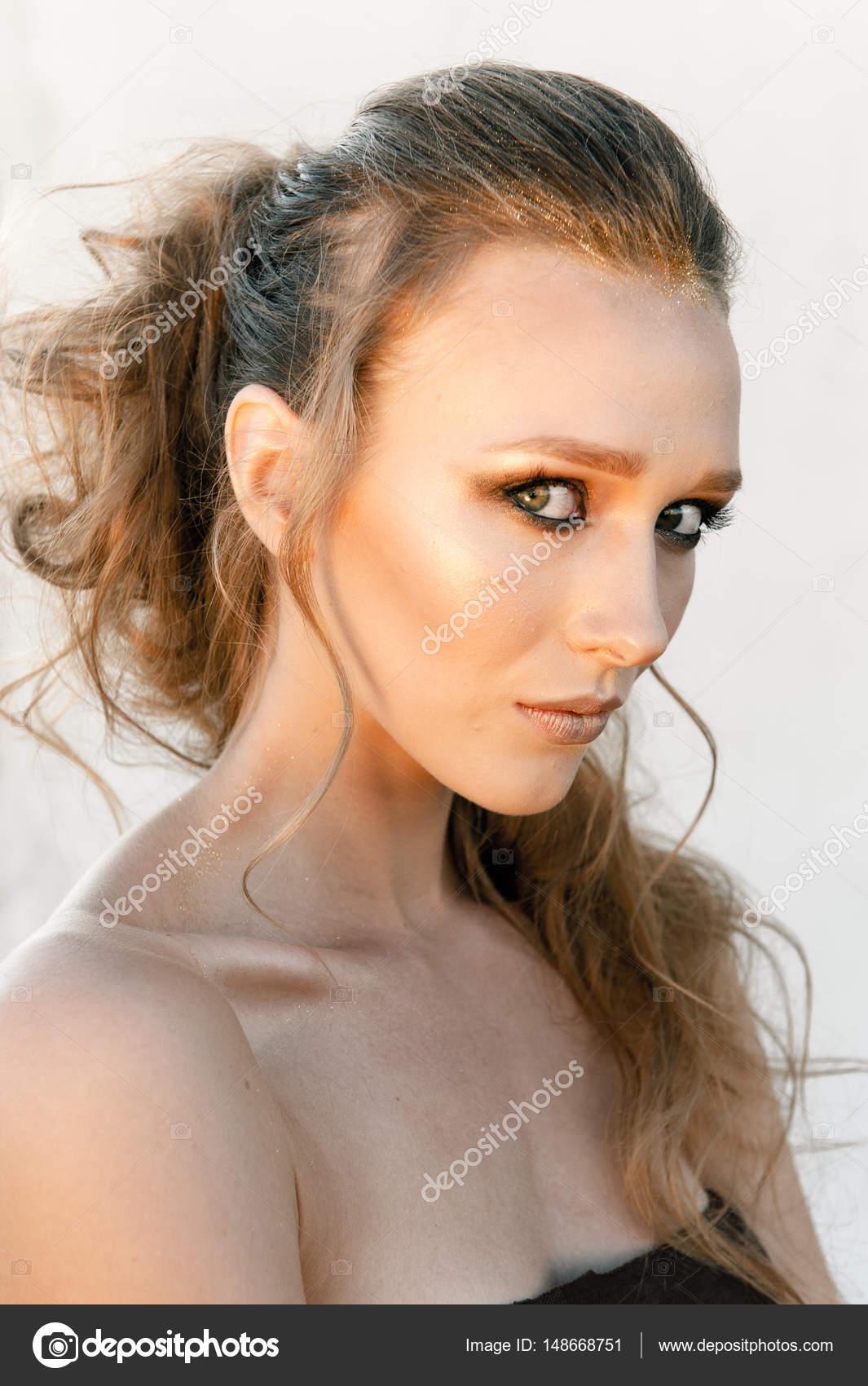 Glamour Portrait von junge Mode Frau Gesicht mit hellen Abend golden ...