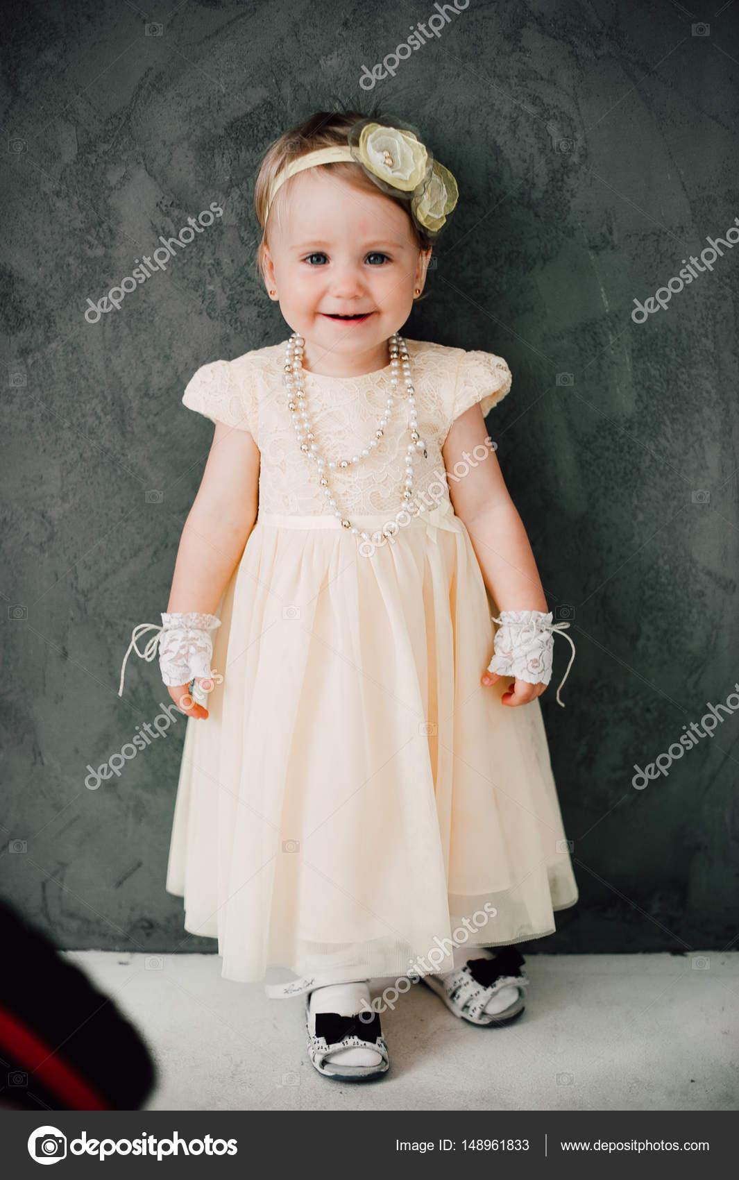 zwei Babys Hochzeit - Mädchen als Braut verkleidet — Stockfoto ...