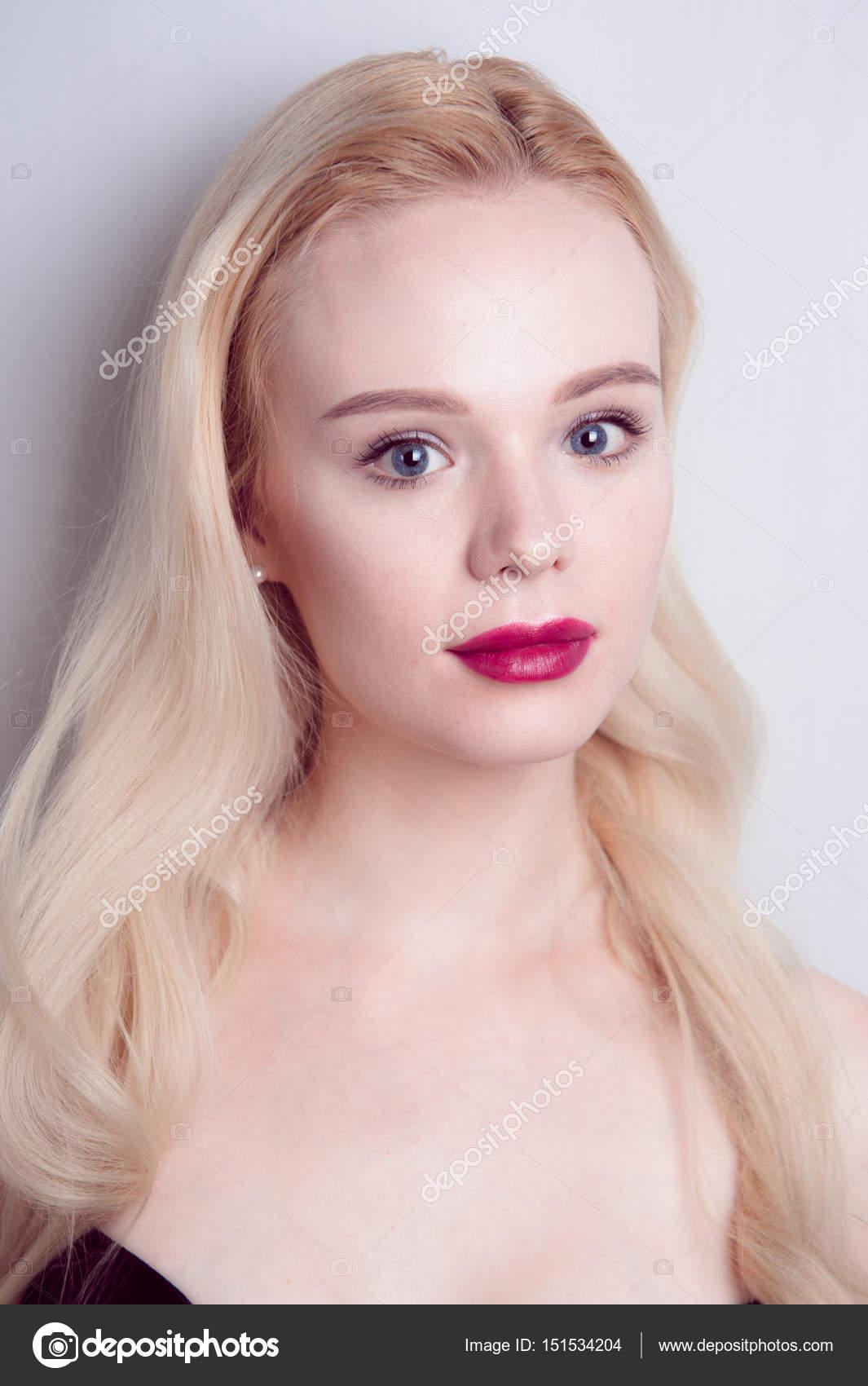 Beauty Model Mädchen Mit Perfekten Make Up Roten Lippen Und Blaue