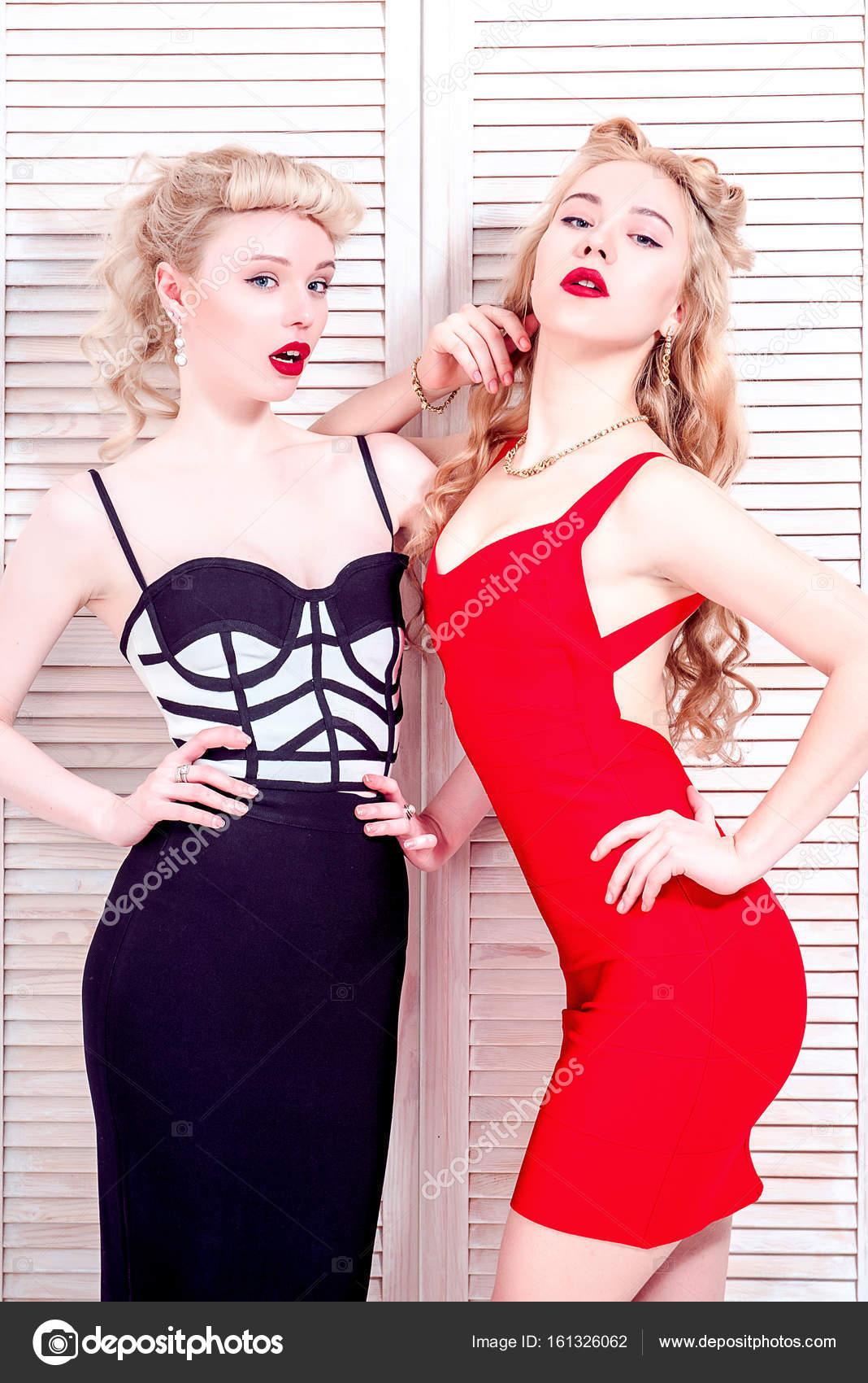 d64a79bf3b1f Retrato de dos mujeres jóvenes felices en ropa de estilo retro con peinado  retro en actitud amigable, antecedentes de estudio - chicas en ropa diminuta  ...