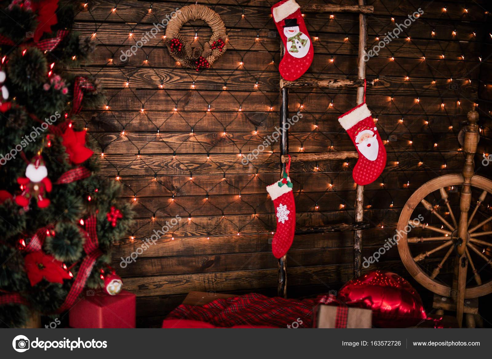 Weihnachts-Zimmer mit schönen Tanne, Neujahr Hintergrund dekoriert ...