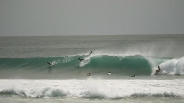 Széles lövés a szörfösök lovaglás egy hullám Kirra