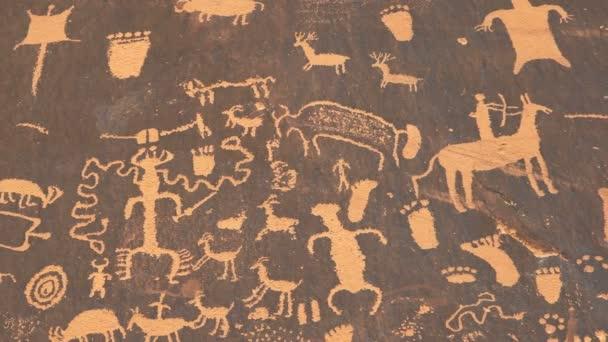 Panning lövés egy amerikai indián művészet petroglifa egy vadászat jelenet újság rock Canyonlands nemzeti park