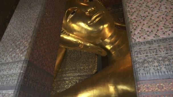 széles billenő felfelé lövés a fekvő buddha a wat pho templom Bangkok