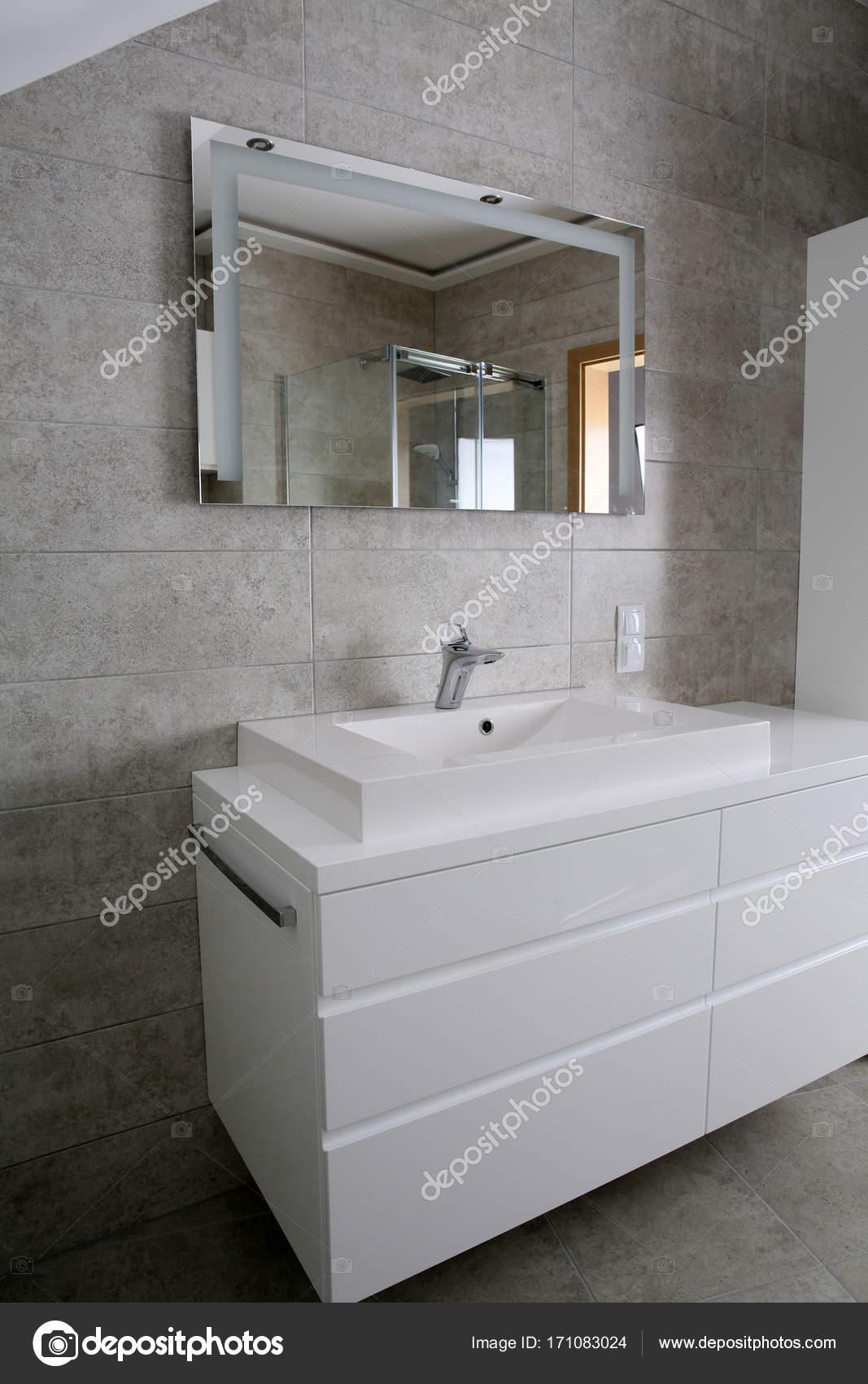 Ingerichte badkamer met witte meubels — Stockfoto © KrzysztofWinnik ...