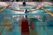 Fotografie Schwimmen-Wettbewerb in der High School für junge Sportler