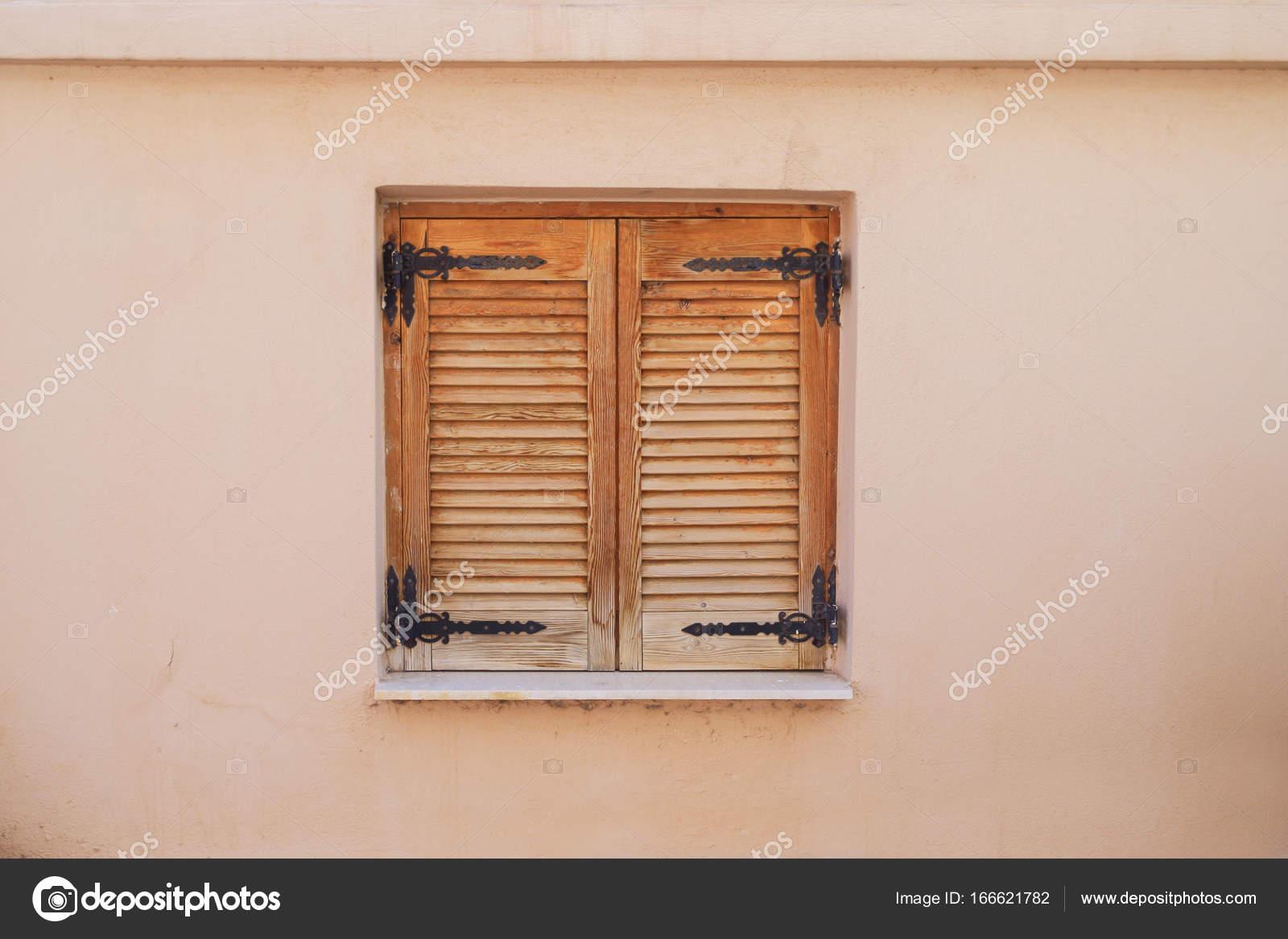 Fenêtre En Bois Avec Volets Roulants Dans Un Village Grec