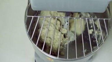 Macchina speciale nella fabbrica di panetteria dividere impasto sulla porzione video stock - Macchina per cucinare ...